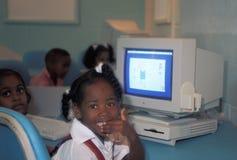 在葡萄酒苹果电脑前面的孩子 免版税库存照片