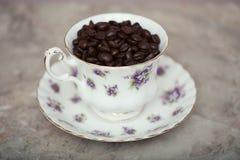 在葡萄酒茶杯的咖啡豆 库存图片