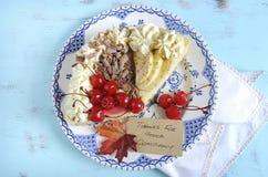 在葡萄酒蓝色桌上的感恩饼 免版税库存图片