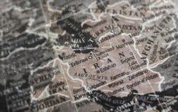 在葡萄酒裂缝纸背景的伊朗地图 库存照片