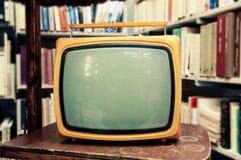 在葡萄酒设置-老客厅的减速火箭的电视机 免版税库存照片