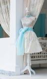 在葡萄酒象牙礼服的时装模特 免版税库存图片