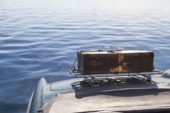 在葡萄酒跑车的老手提箱 库存图片