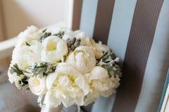 在葡萄酒镶边椅子的婚姻的土气花束 新娘室内部 免版税库存照片