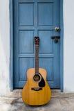 在葡萄酒门的吉他 库存图片
