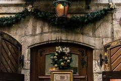 在葡萄酒门,庆祝12月的时髦的豪华圣诞节花圈 库存图片