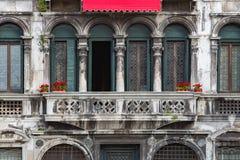 在葡萄酒阳台的红色花在威尼斯 免版税库存图片