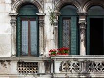 在葡萄酒阳台的红色花在威尼斯 库存图片