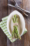 在葡萄酒陶瓷板材的新鲜的芦笋 免版税库存照片