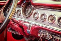 在葡萄酒经典美国汽车里面在古巴 免版税库存照片