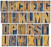 在葡萄酒活版木头类型设置的字母表 免版税库存照片