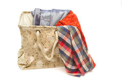 在葡萄酒洗衣篮的明亮的衣裳 免版税库存图片