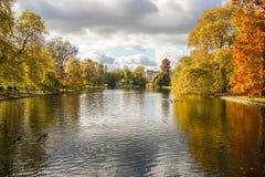 在董事之间的湖在有树的伦敦停放在秋天 库存照片