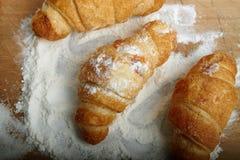 在董事会的三个新月形面包。 免版税图库摄影