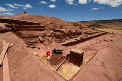 在蒂亚瓦纳科考古学站点的挖掘 流星锤 免版税库存照片