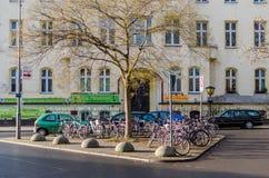 在蒂尔加滕附近的典型的自行车停车处在柏林 图库摄影