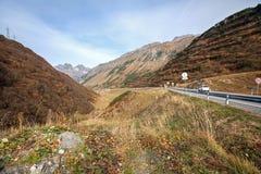 在蒂罗尔和福拉尔贝格州奥地利州的边界的机动车路在圣附近克里斯托弗施波恩手段  奥地利 库存图片