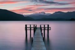 在蒂阿瑙湖的浪漫码头新西兰美丽的码头南岛的在日出的 蒂阿瑙湖是最大的湖 免版税库存图片