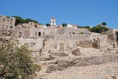 在蒂洛斯岛海岛上的被破坏的村庄 库存图片