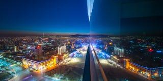 在蒙古的首都的街道的夜视图在夏天 库存照片