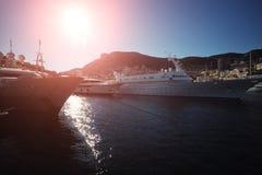 在蒙地卡罗停泊的游艇 免版税库存图片