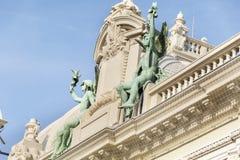 在蒙地卡罗赌博娱乐场屋顶的装饰雕象  库存照片