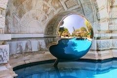 在蒙地卡罗赌博娱乐场附近反映球形和一个水池在庭院里, 图库摄影