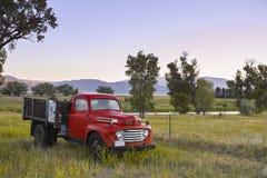 在蒙大拿农场的葡萄酒卡车 免版税库存照片