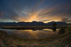 在蒙大拿山后的早晨天空 免版税库存照片