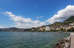 在蒙特勒海岸线的视图从Geneva湖,瑞士 免版税库存照片