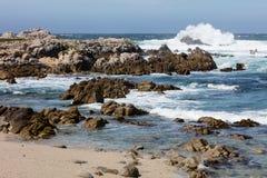 在蒙特里海湾,加利福尼亚的岩石海岸线 免版税图库摄影