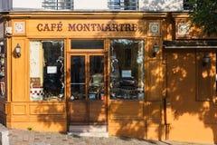 在蒙马特小山的迷人的咖啡馆蒙马特 法国巴黎 免版税库存照片