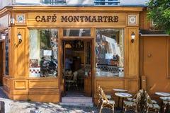 在蒙马特小山,巴黎,法国的迷人的咖啡馆蒙马特 免版税库存照片