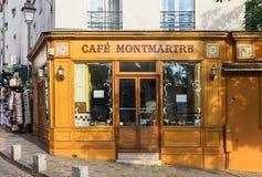 在蒙马特小山,巴黎,法国的迷人的咖啡馆蒙马特 免版税库存图片