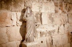 在蒜味咸腊肠废墟的匿名的雕象 塞浦路斯 库存照片