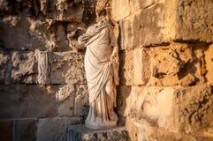 在蒜味咸腊肠废墟的无首的古老罗马雕象  法马古斯塔 库存图片