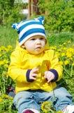 在蒲公英中的婴孩 免版税图库摄影