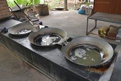 从在蒸发树汁的湿气含量的大铁锅的收集的椰子树树汁 库存照片