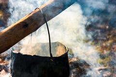 在蒸汽的大锅和烟开火 库存图片