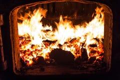 在蒸汽锅炉里面的煤炭火 免版税库存图片