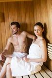 在蒸汽浴的年轻夫妇 免版税库存照片