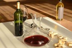在蒸馏瓶、玻璃和瓶的红葡萄酒 免版税库存照片