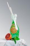 在蒸馏瓶的冷的柠檬水 免版税库存照片