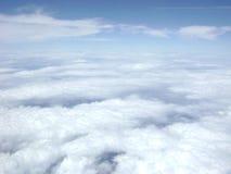 在蓝天下的蓬松明亮的云彩层数 免版税库存照片