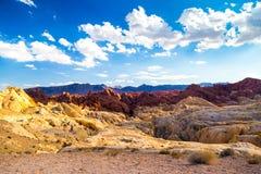 在蓝天中的红色岩石在火国家公园,内华达谷  库存照片
