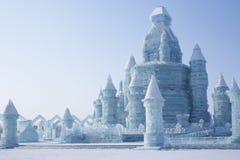 在蓝天前面的冰城堡 免版税库存照片