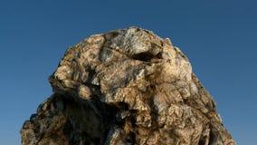 在蓝天前面的岩石/mountain 免版税库存照片
