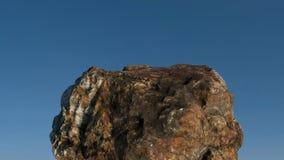 在蓝天前面的岩石/mountain 免版税库存图片