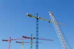 在蓝天前面的现代建筑用起重机 免版税库存图片