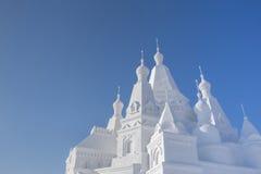 在蓝天前面的雪城堡 免版税图库摄影